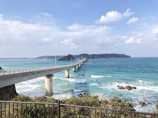 海の上にある島にかかる橋の写真・画像素材[4617733]