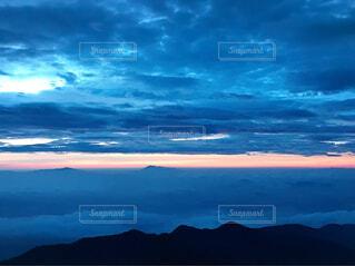 雲と雲の間から見える光の写真・画像素材[4620400]