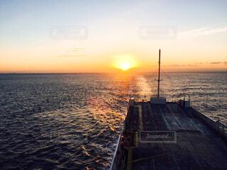 船から見る朝日の写真・画像素材[4620421]