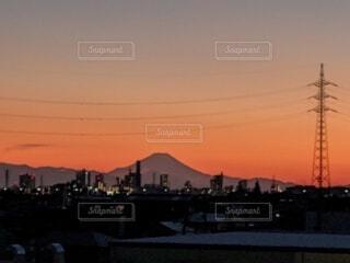 夕焼けに浮かび上がる都会の街並みと富士山のシルエットの写真・画像素材[4600893]