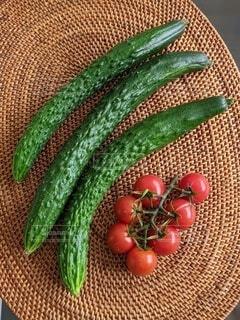 テーブルの上の収穫したばかりの胡瓜とプチトマトの写真・画像素材[4631563]
