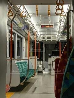 夜の電車内、乗客のいない車両。の写真・画像素材[4698317]