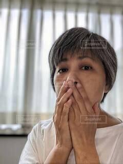 肌の老化に不安を隠せない、憂鬱な表情の中年女性。の写真・画像素材[4700394]