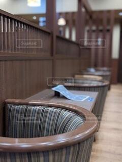 席数制限でソーシャルディスタンスを保ちつつ時短営業する喫茶店の写真・画像素材[4702847]