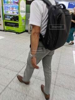 駅構内を歩く、リュックサックを背負った男性サラリーマン。の写真・画像素材[4708364]