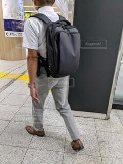 駅構内を足早に歩く、リュックを背負った男性サラリーマン。の写真・画像素材[4708366]