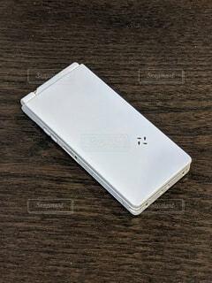 白い折りたたみ式ガラケーの写真・画像素材[4724883]