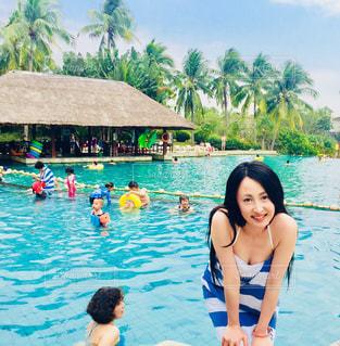 水を泳ぐ人たちのグループの写真・画像素材[1089563]