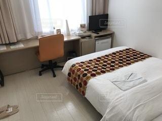 ベッドと部屋で机付きのベッドルームの写真・画像素材[920138]