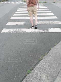 横断歩道を渡る男性の後ろ姿の写真・画像素材[4618378]