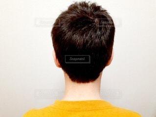 男性の後ろ姿の写真・画像素材[4655214]