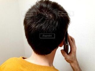 携帯電話で話している男性の写真・画像素材[4655553]