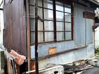 崩れかけている家の写真・画像素材[4730465]