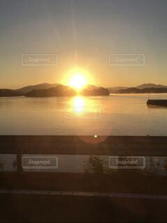 光を放つ沈む夕日の写真・画像素材[4607221]