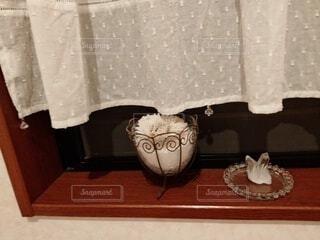 テーブルの上に座っている花瓶の写真・画像素材[4608755]