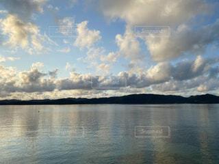 奄美大島の倉崎海岸から見る朝焼けに染まる雲 2021-06-24の写真・画像素材[4658104]