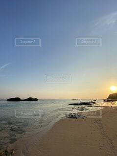西表島の星の砂海岸から見る朝焼けの写真・画像素材[4671840]
