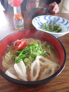 テーブルの上に食べ物のボウルの写真・画像素材[1314825]