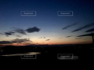 田んぼの中に沈んでいく夕日の写真・画像素材[4614541]