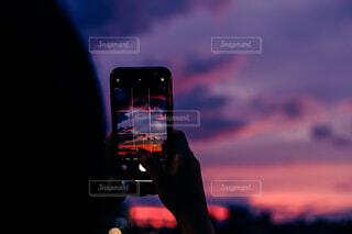 iPhone越しの夕焼けの写真・画像素材[4617611]