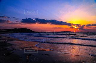 海に沈む夕日の写真・画像素材[4722328]