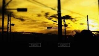 信号と夕日の写真・画像素材[4728960]