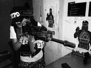 機関銃の男の子の写真・画像素材[205699]