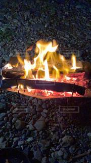 川沿いで夜の焚き火の写真・画像素材[4625869]