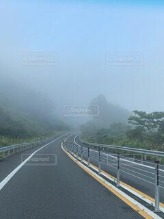 ドライブ中に霧が発生の写真・画像素材[4626006]
