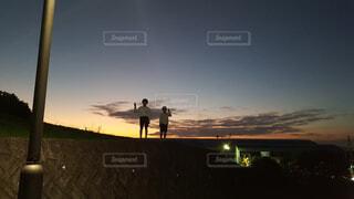 学校帰りのより道  夕日をバックにの写真・画像素材[4626545]