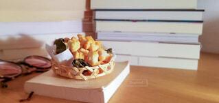 テーブルの上に積み上げられた本とおかきの写真・画像素材[4789500]