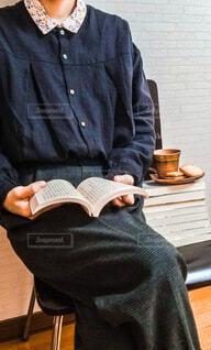 積まれた本の上にコーヒーカップを置き、読書 読書の秋の写真・画像素材[4808510]
