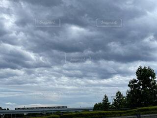 曇り空と電車の写真・画像素材[4629959]