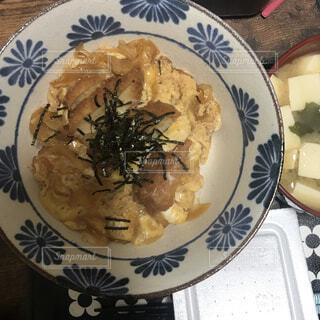 食べ物の皿をテーブルの上に置くの写真・画像素材[4630007]