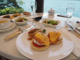 テーブルな皿の上に食べ物のプレートをトッピングの写真・画像素材[1303224]