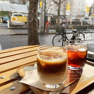 木製のテーブルの上に座っているコーヒー1杯の写真・画像素材[2113438]