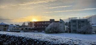 朝日と雪に包まれた街の写真・画像素材[4647367]