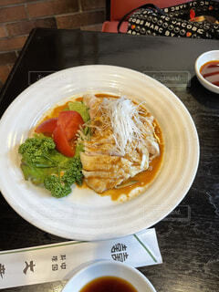食べ物の皿をテーブルの上に置くの写真・画像素材[4641040]