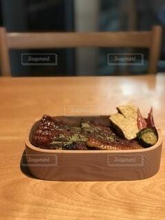 木製のテーブルの上に座っているケーキの写真・画像素材[4641413]