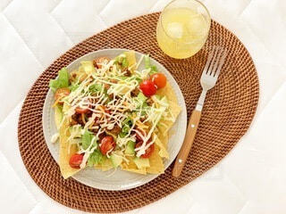 食べ物の皿をテーブルの上に置くの写真・画像素材[4769447]