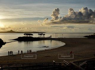 夕暮れのエメラルドビーチの写真・画像素材[2491060]