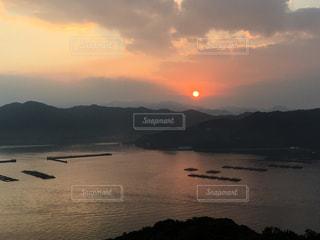 水の体に沈む夕日の写真・画像素材[1153651]