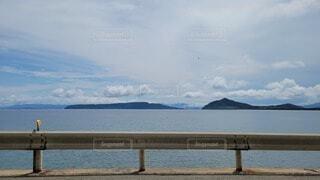 水の体の前にあるベンチの写真・画像素材[4687982]