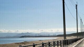水の体の前に桟橋のあるビーチの写真・画像素材[4771161]