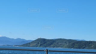背景に山のある水の体の写真・画像素材[4771160]