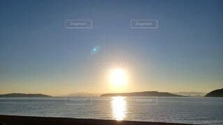 水の体に沈む夕日の写真・画像素材[4771168]