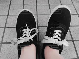 近くにいくつかの靴のアップの写真・画像素材[1101792]