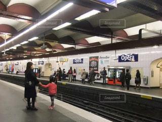 フランスの地下鉄ホームで電車を待つの写真・画像素材[1783211]