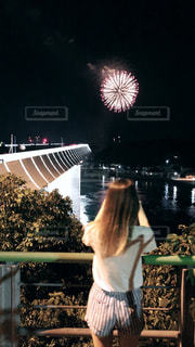 花火と花火を撮る私の写真・画像素材[1402635]