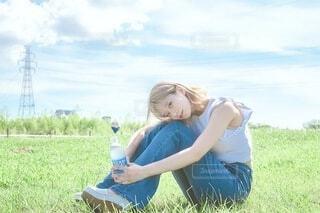 野原に座る女の子の写真・画像素材[4665100]